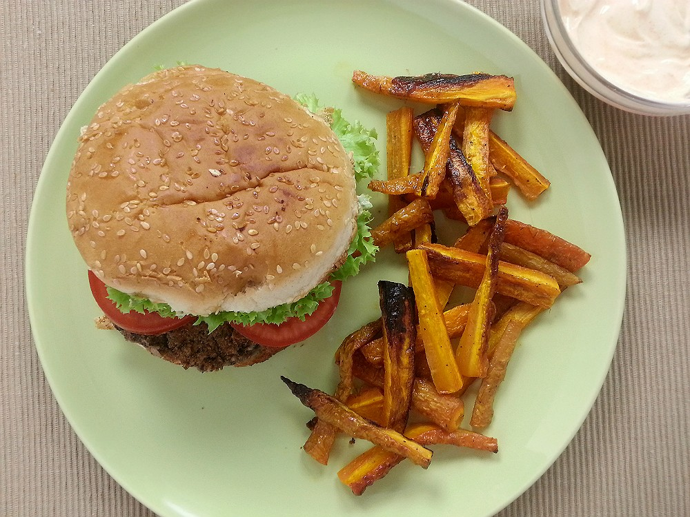 Vegane Kochbox 3x 002: Black Bean Burger mit Chilidressing und Möhrenfries