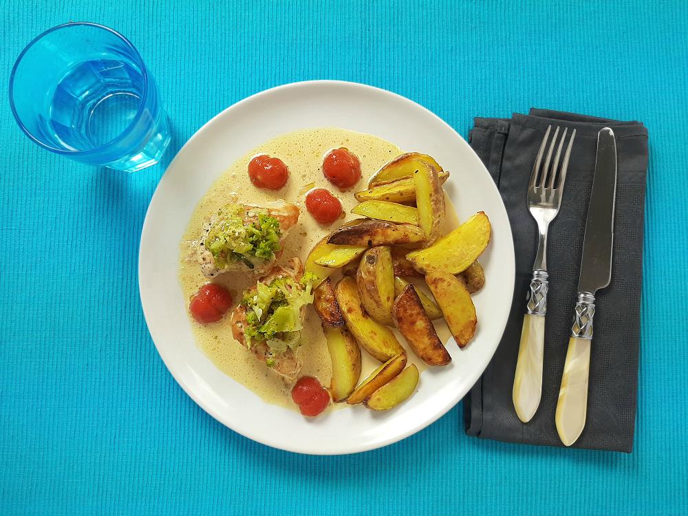 Brokkolihähnchen mit Kartoffelspalten und marinierten Tomaten