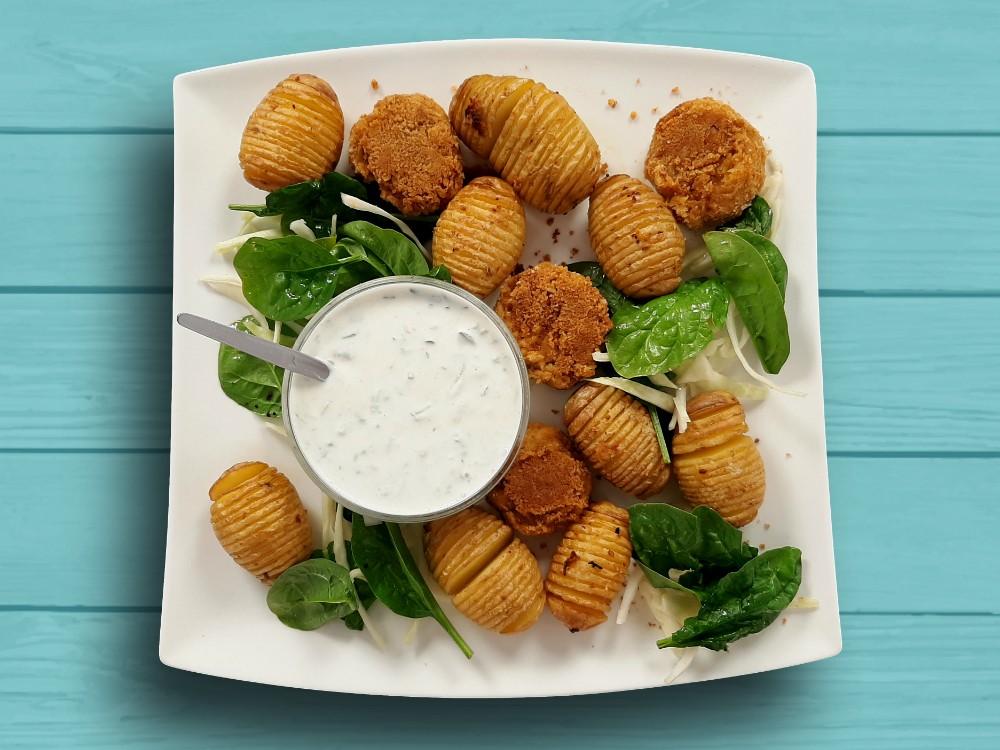 Fächerkartoffeln und Falafel mit Tzatziki und Slaw-Spinat-Gemüse