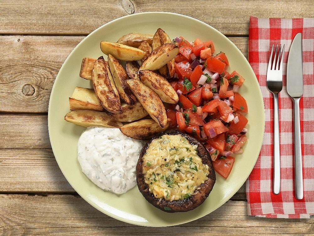 Gefüllte Portabello-Pilze  mit Estragoncreme und Tomaten-Zwiebel-Salat