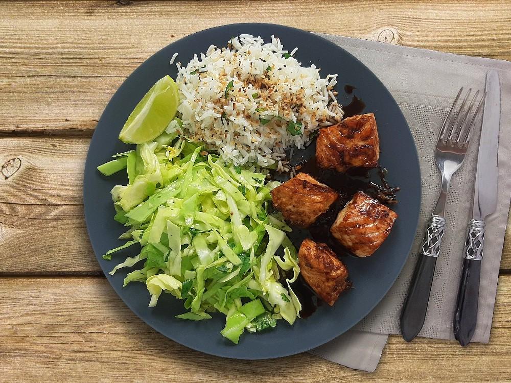 Karamellisierter Lachs mit Kokosreis und asiatischem Spitzkohlsalat