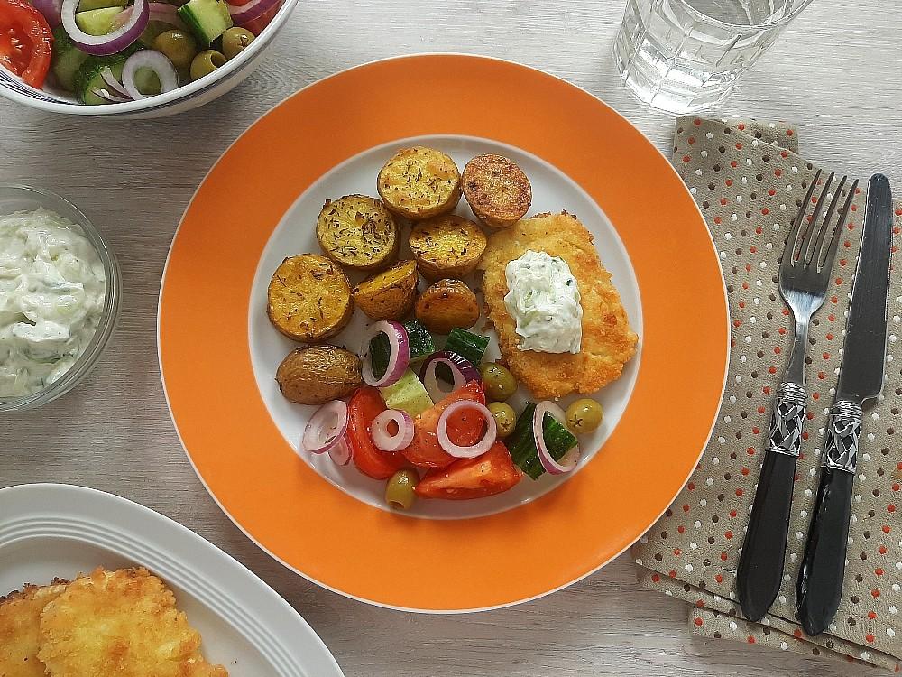 Knuspriger Fetakäse und Tzatziki mit Knoblauch-Kräuter-Kartoffeln und Bauernsalat