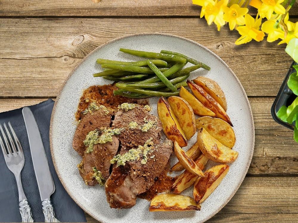 Lammbraten mit Kräuter-Senf-Kruste zu Kartoffelspalten und Haricot Verts