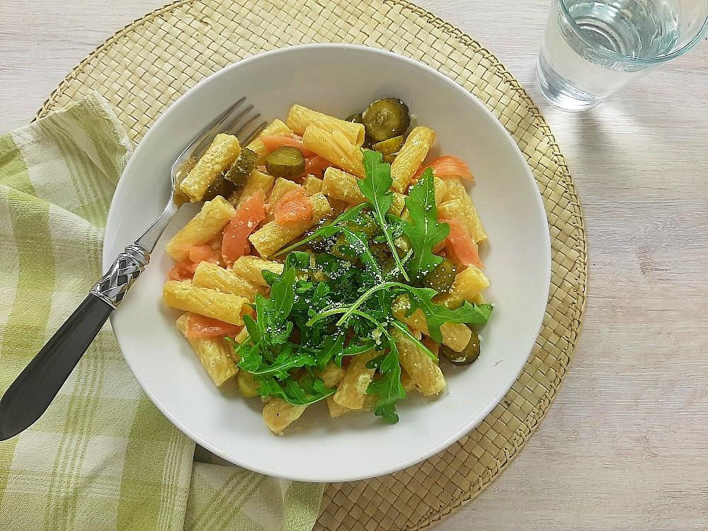 Nudeln in cremiger Wasabisauce mit Räucherlachs, Cornichons und Rucola