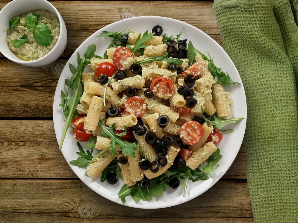 Pesto-Tortiglioni mit Rucola und Oliven