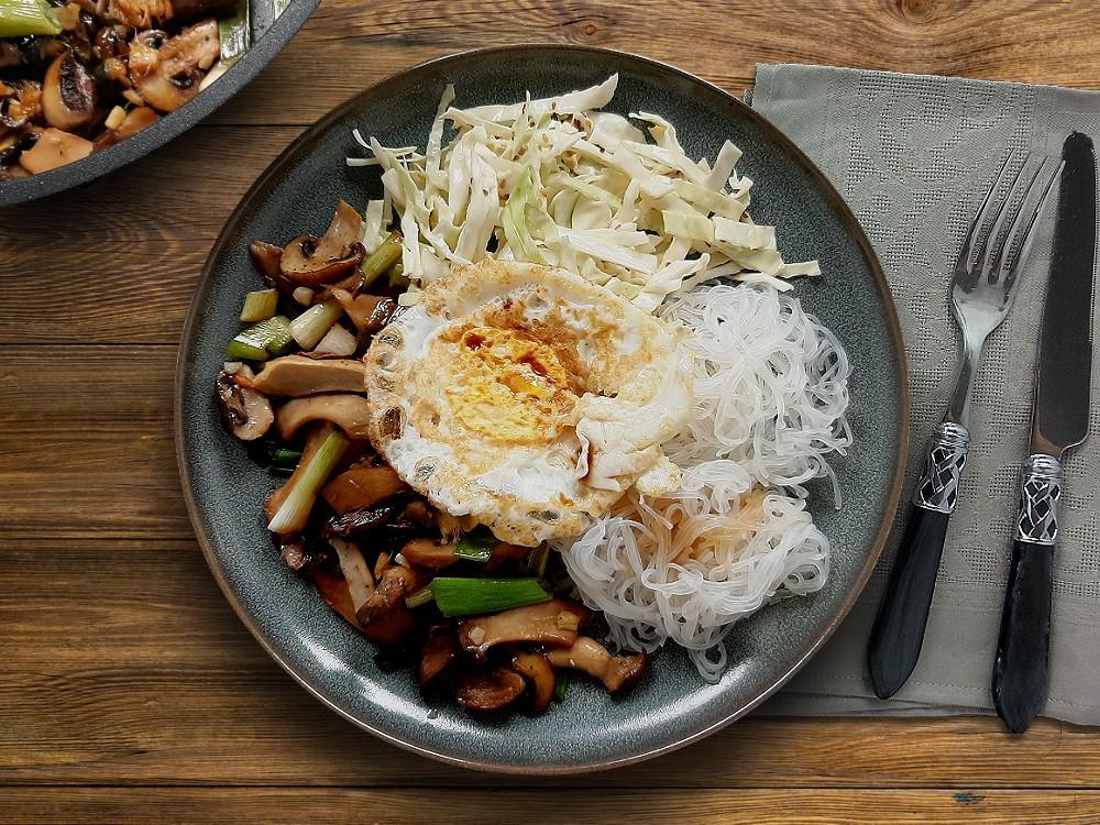 Pilzyakiniku mit japanischem Spitzkohlsalat, Ei und Glasnudeln