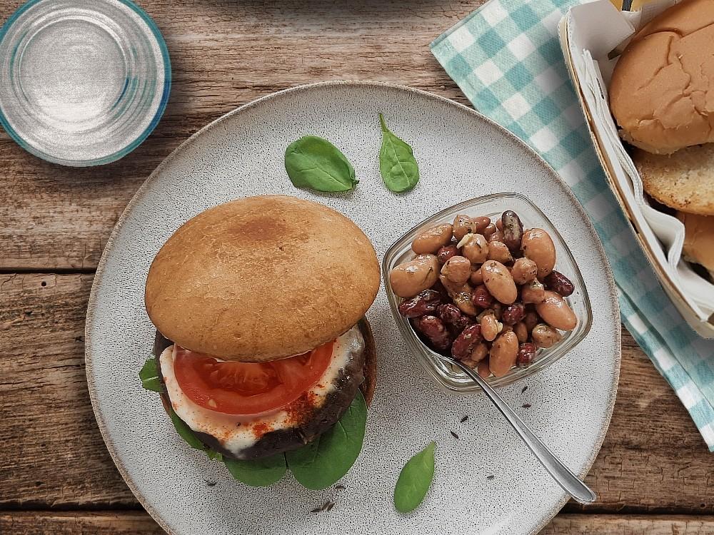 Portabello-Burger mit Mozzarella und Mixed-Bean-Salat