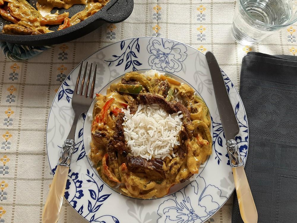 Rinderstreifen mit buntem Gemüse mit asiatischer Kokos-Currysoße