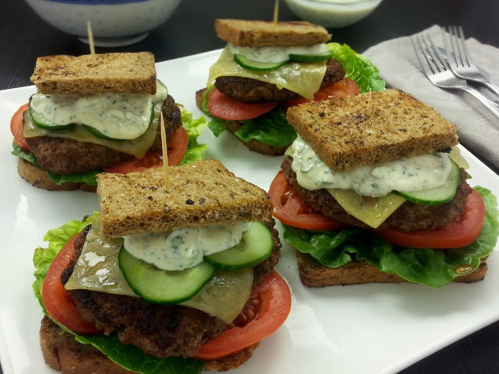 Sandwich-Hamburger mit Kräuterremoulade und Mixed-Bean-Salat