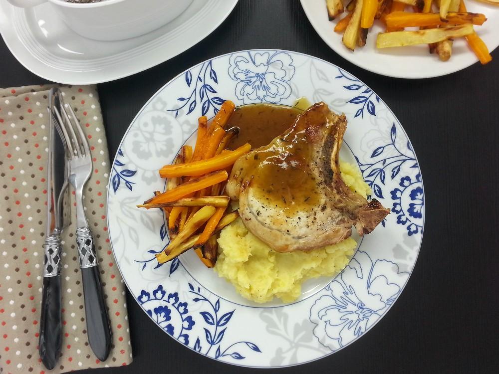 Schweinekotelett mit Bratensauce zu Kartoffelmus und Ofengemüse