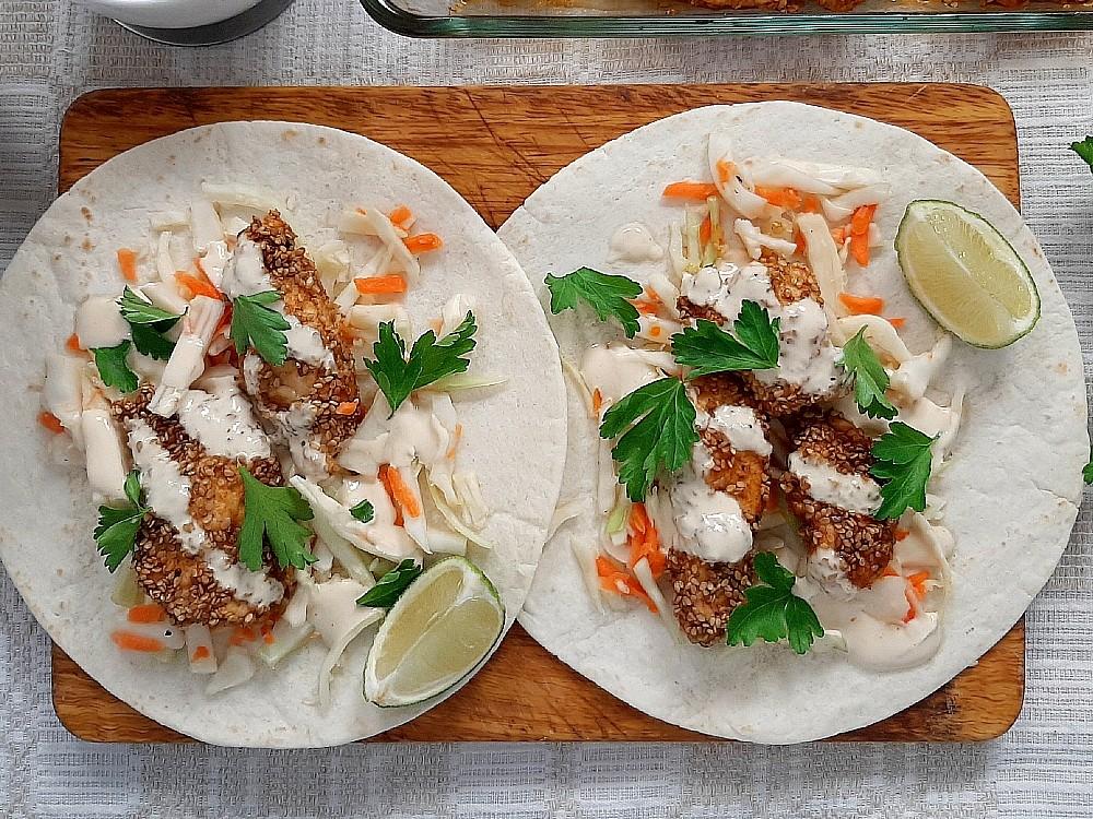 Sesamhähnchen auf Tortillas mit Tabasco-Mayonnaise und Kohlsalat
