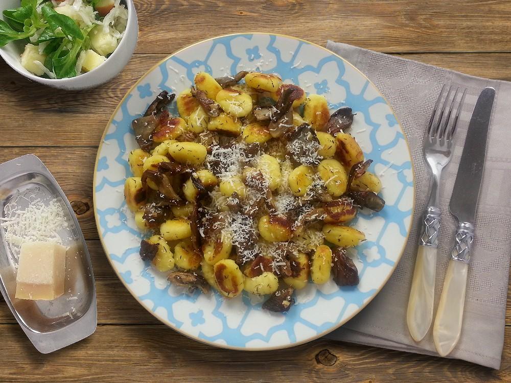 Thymian-Gnocchi mit gebratenen Austernpilzen und Apfel-Fenchel-Salat