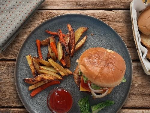 Original American Burger mit Möhren- und Kartoffelfries
