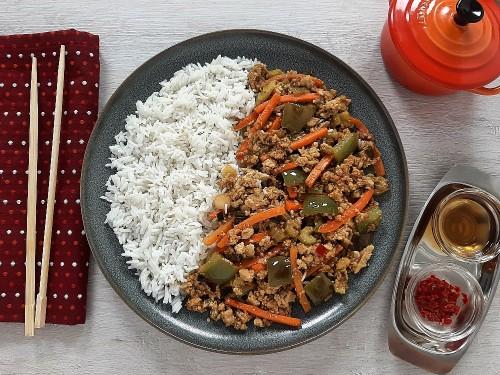 Asiatische Pfanne Szechuan Art mit Tofu und Basmatireis
