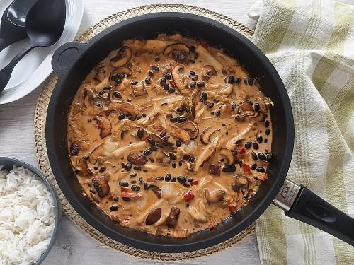 Asiatische Pilzpfanne mit Chinakohl und schwarzen Bohnen