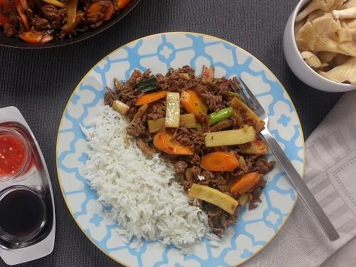 Asiatischer Wok mit Tofuhack und Teriyaki-Ingwer-Sauce