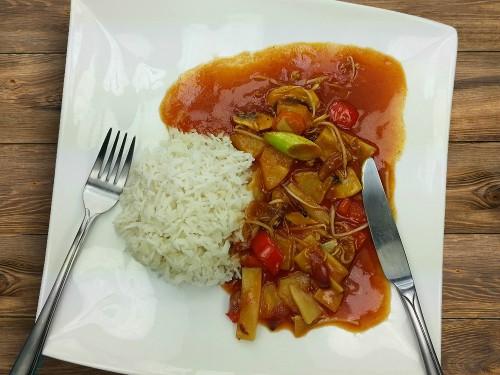 Asiatische Wokpfanne mit Tofu in Süß-Sauer-Sauce
