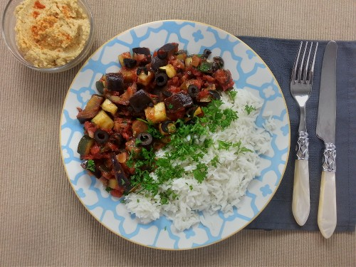 Aubergineneintopf mit Hummus und dazu Basmatireis