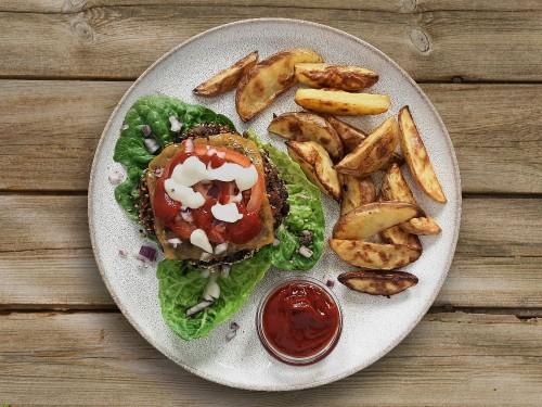 Black Bean Burger mit BBQ-Sauce und Kartoffelwedges
