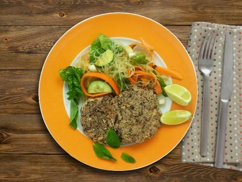 Bohnenfrikadellen auf asiatische Weise  zu Glasnudel-Minz-Salat
