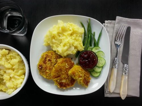 Bohnenfrikadellen mit gepickeltem Weißkohl zu Kartoffel-Pastinake-Mus (vegan)