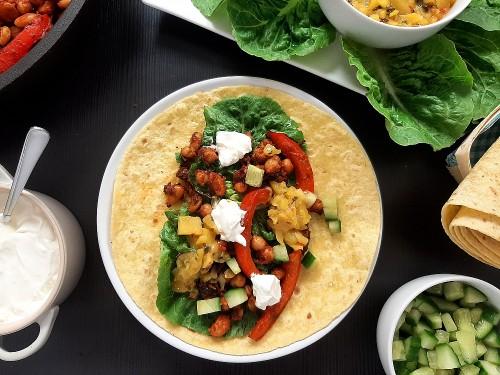 Bohnentacos mit Mango-Minze-Salsa und Schmand