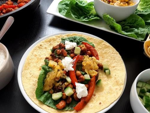Bohnentacos mit Mango-Minze-Salsa und Vegane Creme Fraîche