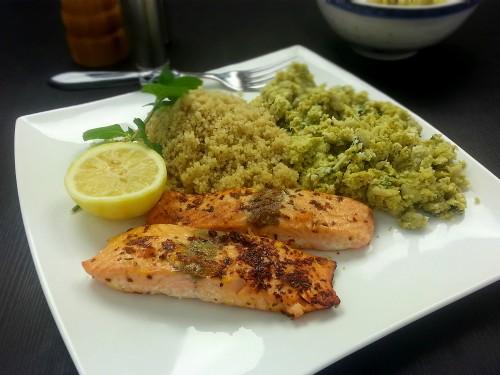 Chili-Kümmel-Lachs zu Erbsen-Hummus und Quinoa