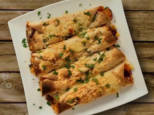 Creamy Chicken Enchiladas mit Mais und Bohnen