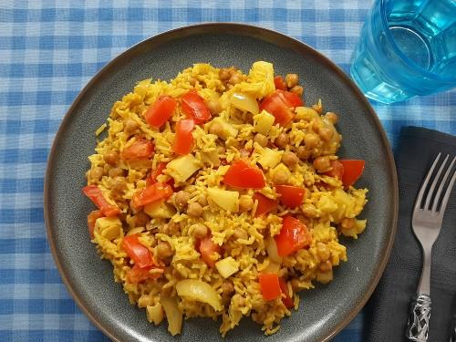 Exotischer Curryreis mit Tomaten und Kichererbsen