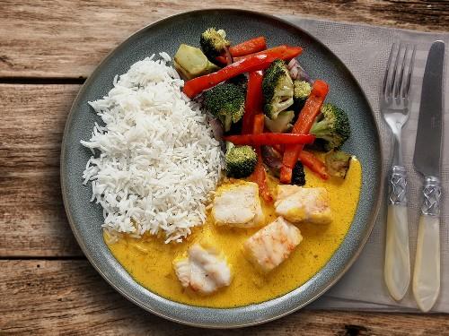 Fisch in Safransauce mit Wokgemüse und Reis