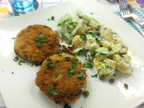 Klassische Fischfrikadellen zu Kartoffelsalat mit Kapern