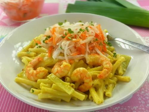Garnelenpasta mit fruchtiger Currysoße zu Möhren-Rettich-Salat