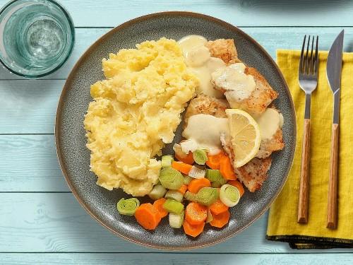 Seelachsfilet mit Senfsauce zu Möhren-Porree-Gemüse und Kartoffelmus