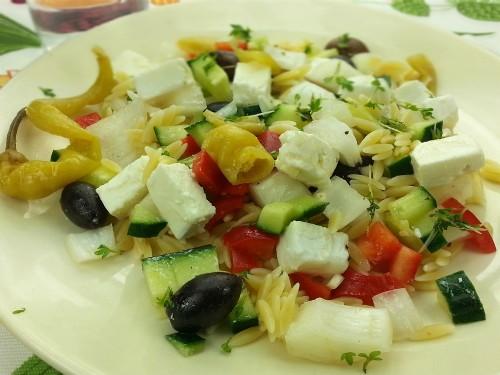 Griechischer Kritharaki-Salat mit Feta und Pfefferoni
