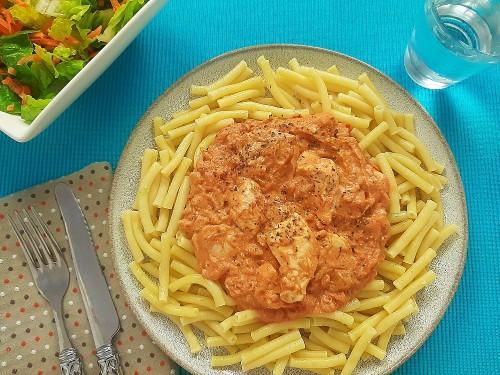 Hähnchen Stroganoff mit Nudeln und Möhren-Romana-Salat