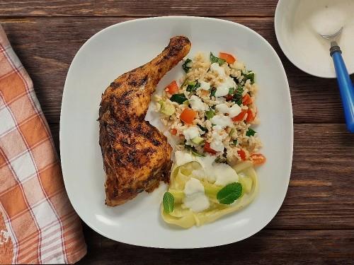 Tandoori Hähnchenkeule mit Reissalat, Zucchinistreifen und Joghurtdip