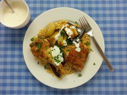 Hähnchenkeule mit Ras el-Hanout zu Aubergine, Couscous & Honig-Joghurt