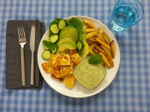 Halloumi-Bits mit Bohnenpesto und Pommes Frites
