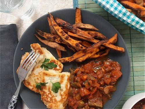 Halloumi mit Mexican Salsa zu Süßkartoffel-Pommes und Blattspinat