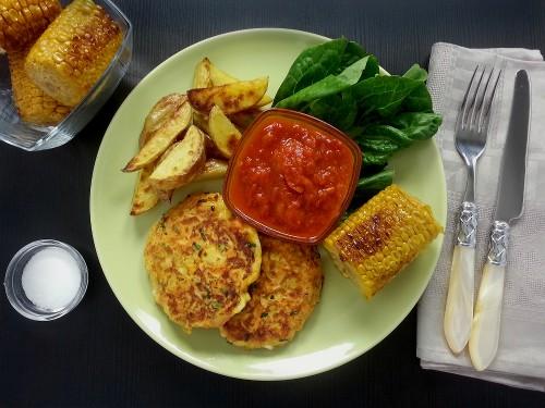 Halloumi-Möhren-Burger mit Salsa Roja und gebratenem Mais