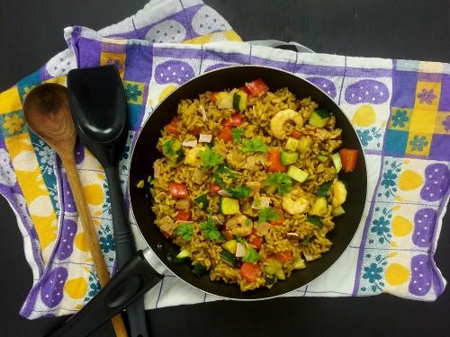 Indische Reispfanne mit Garnelen und Schinken
