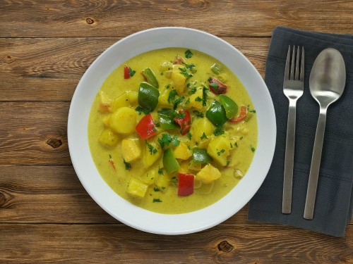 Kartoffel-Pfirsich-Curry mit veganer Sahne und Paprika