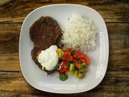 Kidneybohnen-Buletten mit Avocado-Tomaten-Salat und Limettenrahm