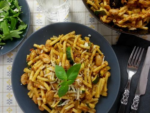 Maccheroni mit rotem Pesto zu Zucchini und weißen Riesenbohnen