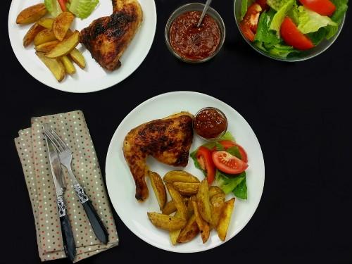 Marinierte Hähnchenteile mit Kartoffelspalten und Pfirsich-BBQ-Sauce