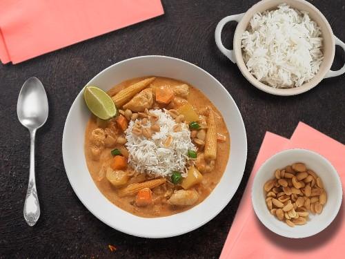 Massaman Curry mit Hähnchen und Minimais