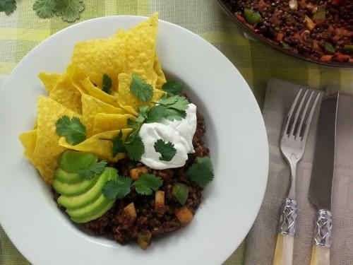 Mexikanischer Linseneintopf mit Avocado und Tortilla-Chips