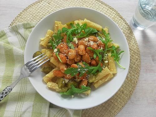 Nudeln in cremiger Wasabisauce mit weißen Bohnen, Cornichons und Rucola