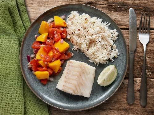 Ofengebackener Fisch mit Mango-Tomaten-Salsa und Gewürzreis